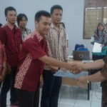 Kadinbudparpora Purbalingga Subeno (kanan) menyerahkan berita acara pemilihan pengurus