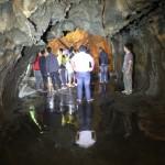 pengunjung berada di dalam Goa Lawa