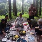 menikmati makanan khas desa di kampung Kurcaci