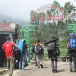 pendaki berjalan melewati pos Bambangan