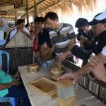 pengelola desa wisata melihat pembuatan kerajinan dari bambu wulung