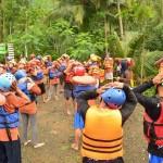 wisatawan melakukan pemanasan sebelum melakukan susur sungai-Panusupan